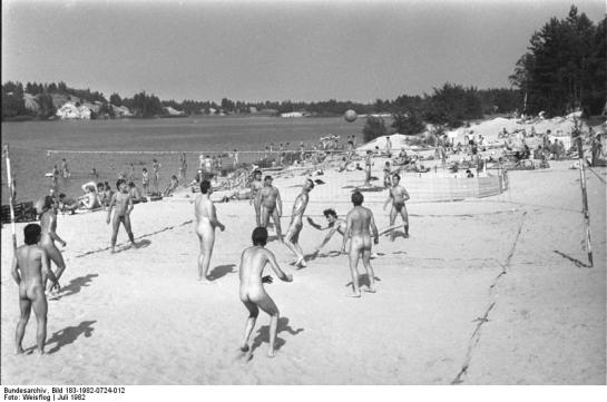 FKK-Strand im Bezirk Cottbus, July 1982 (Deutsches Bundesarchiv)